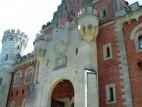 Torbau: In den Jahren 1869 bis 1873 wurde der Torbau fertiggestellt und vollständig eingerichtet, so dass Ludwig hier zeitweilig wohnen und die Bauarbeiten beobachten konnte.