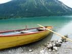 Am Ufer des Walchensee: Der Walchensee, einschließlich der Uferstreifen, ist Landschaftsschutzgebiet. Von der Gesamtlänge des Südufers von 7 km sind ca. 2,5 km für Erholungszwecke, z. B. als Badestrand, nutzbar.