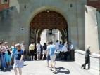Alleine ist man selten!: Eingang zum Schlosshof, den man sich im Sommer mit bis zu 6.000! Besuchern teilt
